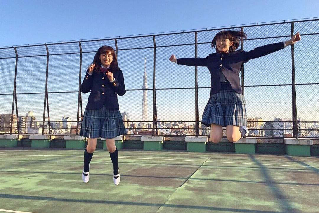 ジャンプする久慈暁子